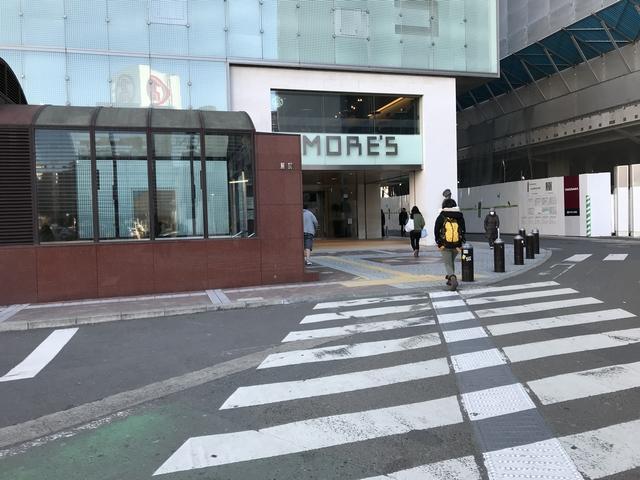 横浜モアーズ前